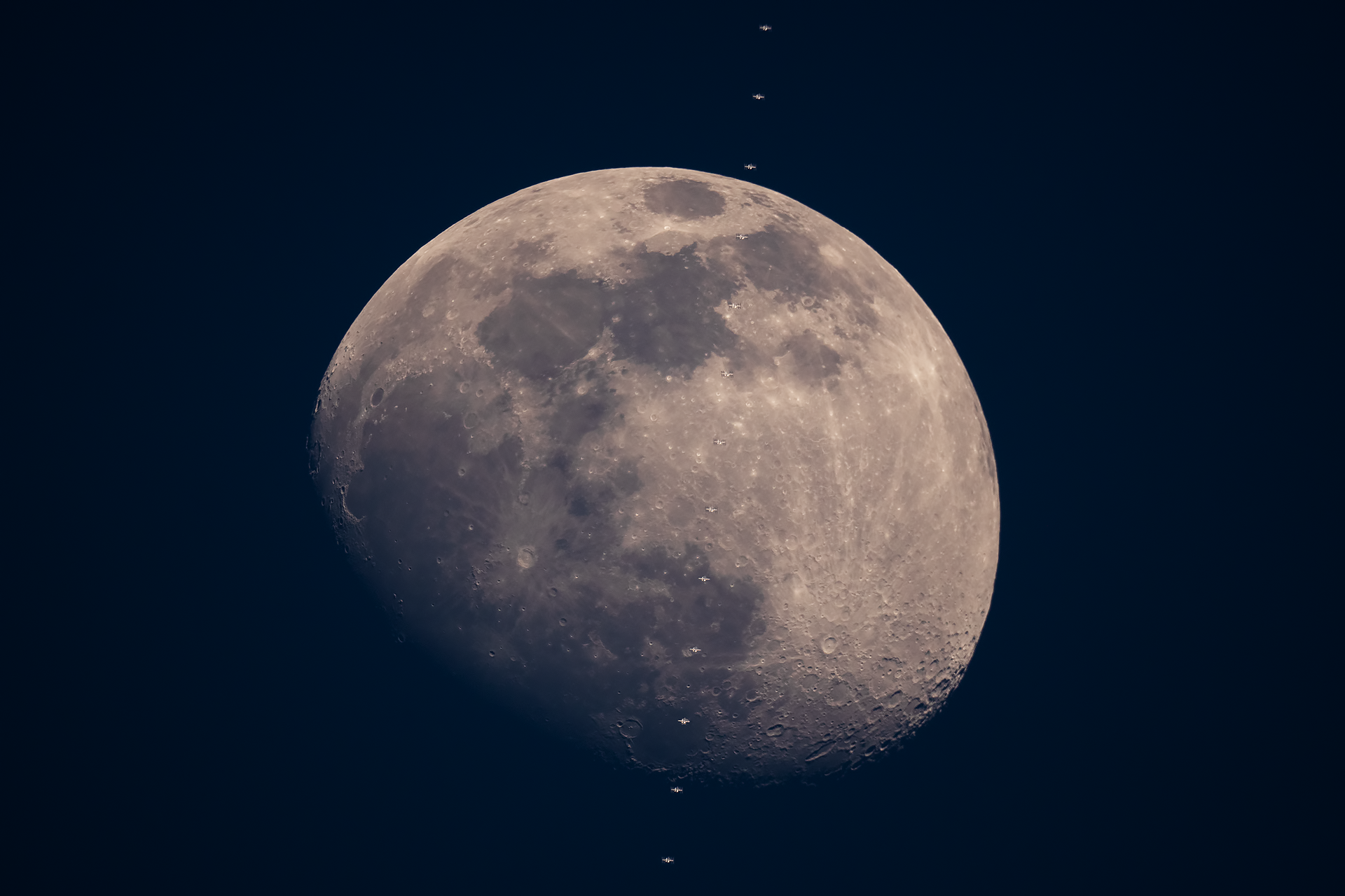 04kwi20_ISS_Moon_stack_G1843.png